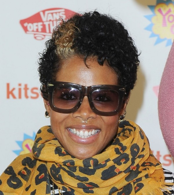 kelis-Casual-short-curly-hairstyle-with-highlights